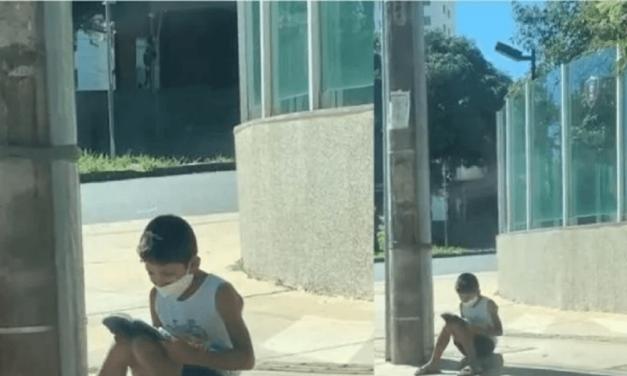 Niño que vendía en las calles y leyó la Biblia en acera, transformó su vida después de que el video se volvió viral