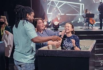 """Iglesia en Estados Unidos vive un avivamiento y bautiza a mil personas en cuatro meses: """"Nunca había visto algo así"""""""