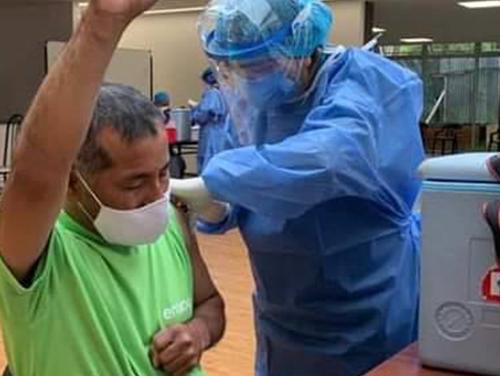 Con emoción, trabajador de aseo en ecuador, ora y agradece a dios al recibir vacuna contra el COVID-19
