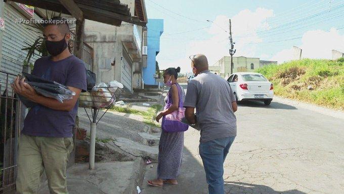 Pastor vende bolsas de basura en las calles para mantener las cuentas de su iglesia en brasil